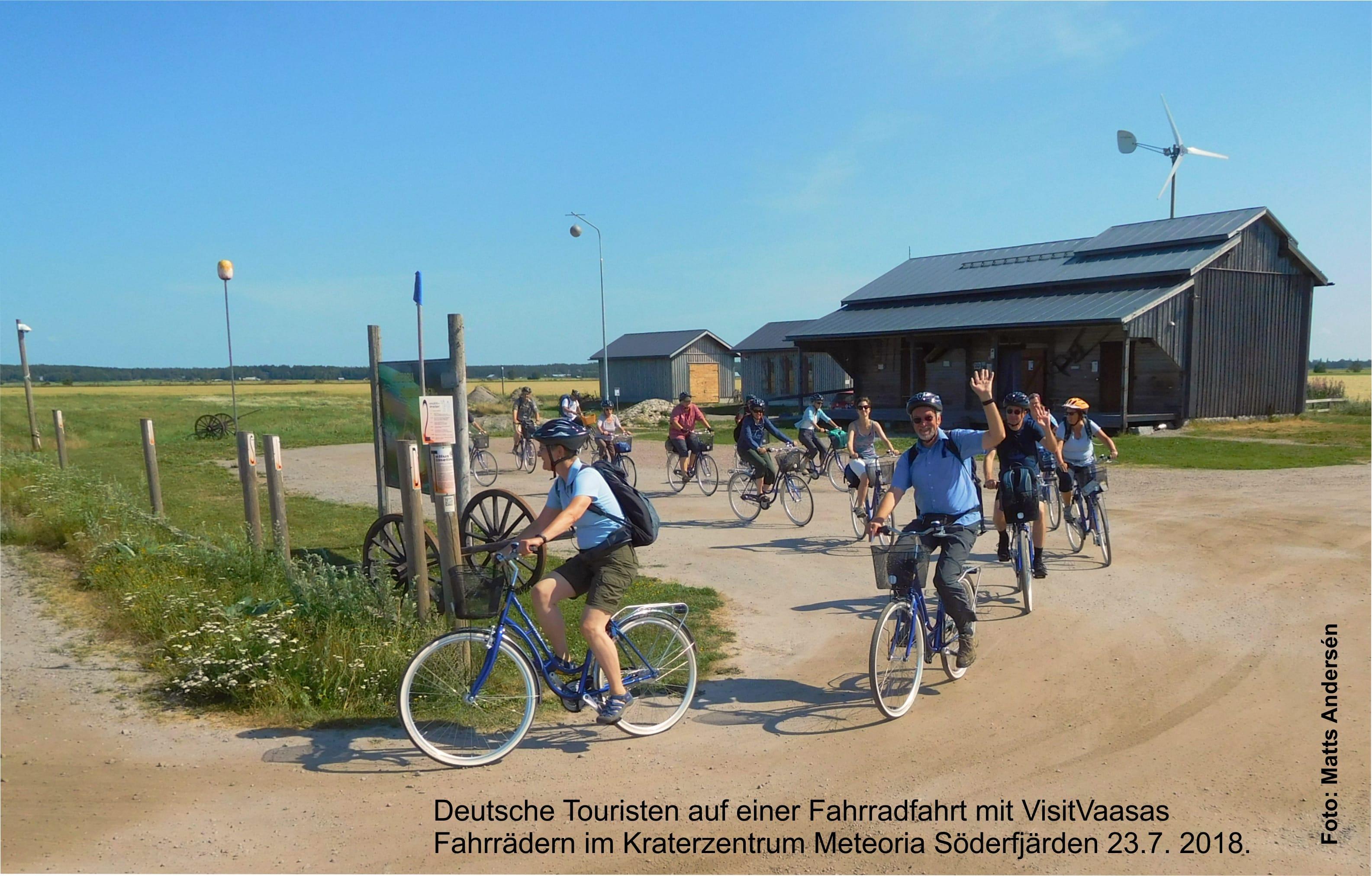Deutsche Touristen auf einer Fahrradfahrt im Kraterzentrum Meteoria Söderfjärden 23.7. 2018. Foto M. A.jpg